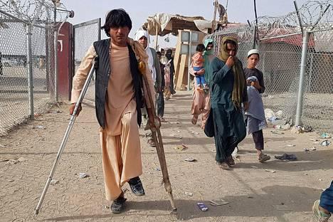 Afganistanin kansalaiset palaavat takaisin Afganistaniin Pakistanin ja Afganistanin rajanylityspaikalta Chamanista 17. elokuuta 2021.