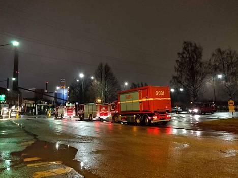 Tehdasalueen ulkopuolella oli illalla kuuden aikaan paloautoja ja ambulansseja.