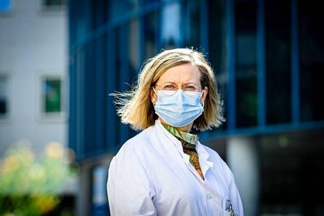 Ylilääkäri Jaana Syrjänen patistaa nyt 30–39-vuotiaita rokotuksiin.