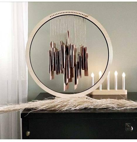 Kalenterista tulee joulukoriste, kun sen yhdistää vaneriseen ripustimeen.