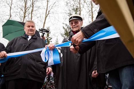 Maakuntajohtaja Asko Aro-Heinilä, Toini Juusela ja Ari Prinkkala leikkasivat juhlallisesti sillan nauhan.