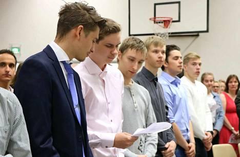 Endurokuski Peetu Juupaluoma (sinisessä puvussa vasemmalla) suoritti Mäntän seudun koulutuskeskuksessa sähkö- ja automaatiotekniikan perustutkinnon.