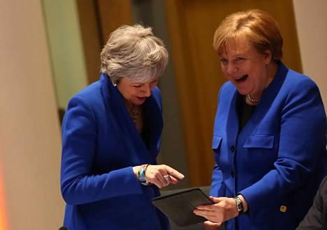Britannian pääministeri Theresa May ja Saksan liittokansleri Angela Merkel jutustelivat EU-huippukokouksen aluksi Brysselissä keskiviikkoiltana.