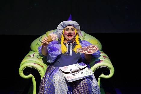 Noita Nytenenä saa kauhukseen kuulla noitien 500-vuotistarkastuksessa, että hänen täytyy muuttaa elämäntapojaan. Sellaisista lähtökohdista alkaa Erja Lehtosen näytelmä, joka saa ensi-iltansa perjantaina.