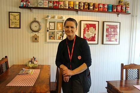 Satu Savola aloitti Karkun Kyläkaupan kauppiaana. Kaupassa hän on tehnyt pieniä muutoksia, esimerkiksi kassoja on nyt yksi kahden sijasta.