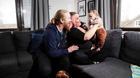 Tampereen Ryydynpohjassa asuvat Matti Pajunen ja Emma Pirkola saivat marraskuussa ensimmäisen yhteisen lapsen. Perheen lomamatkaan suunnitellut säästöt käytetään nyt mahdollisesti perhe-elämään.