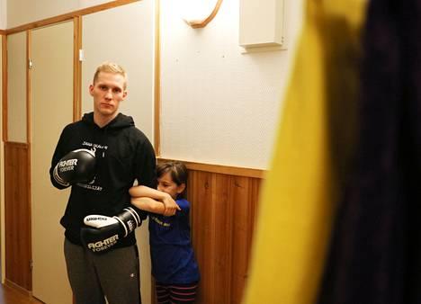 Jarkko Kauton tytär Amanda Kautto käy isänsä mukana treeneissä katsomassa.