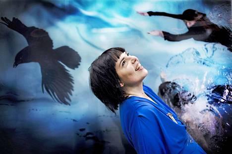 Valokuvataiteilija Susanna Majuri (1978–2020) kuvattuna vuonna 2015 Valokuvataiteen museossa. Teos nimeltä Raven kertoo kahdesta sisaresta, joita musta lintu johdattaa.