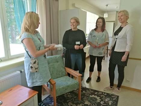 Ritva Leijala (vasemmalla) ja Maria Salminen (toinen oikealta) ottavat vastaan avoimien ovien päivän vieraita. Metsorannan tiloihin tulivat tutustumaan Kati Somppi ja Annalotta Onni Keuruun kaupungin työllisyyspalveluista.
