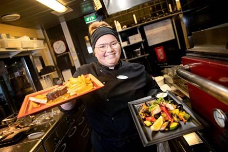 Entten tentten, kumman ottais? Paella (etualalla) vai sisäfilepihvin grillistä, sitä pohtii myös Toreron keittiömestari Katriina Keitaanpää
