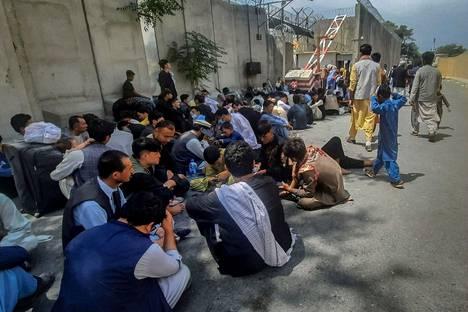 Afganistanilaiset odottavat Ranskan Kabulin suurlähetystön ulkopuolella lähtöä Afganistanista.