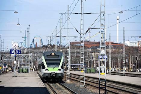 Helsingin junaliikenne on toistaiseksi keskeytynyt kokonaan.