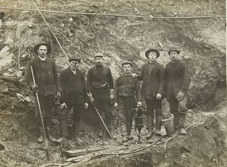 Kuva on Siuron ratatyömaalta 1800-luvun viimeisinä vuosina. Kuva on säilynyt Hilkka Virtasen kotialbumissa. Työmaalla oli töissä Virtasen pappa Evert Jokinen (oikealla).