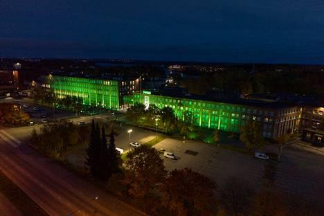 Nokian Renkaat Oy:n Nokian tehtaalla vietetään 10/10-kampanjaa, jonka kunniaksi tehdas on valaistu vihreällä.