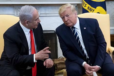Yhdysvaltojen presidentti Donald Trump (oik.) julkisti rauhansuunnitelmansa yhdessä Israelin pääministeri Benjamin Netanjahun (vas.) kanssa.