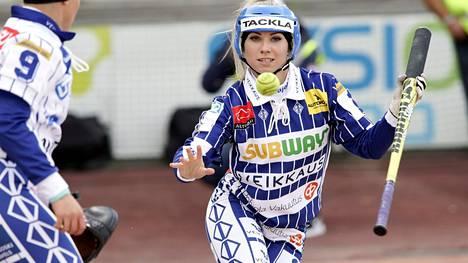 Edellisen kerran pesäpallon arvo-ottelu Itä-Länsi pelattiin vuonna 2019 Seinäjoella. Silloin Manse PP:n Henna Peltokangas hämäsi Lännen pelaajia lyönneillään.
