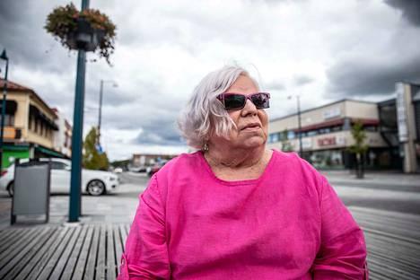 Airi Roikola on huolissaan ennen kaikkea lapsiperheiden vanhemmista, jotka jäävät tehtaan sulkemisen jälkeen ilman työtä.