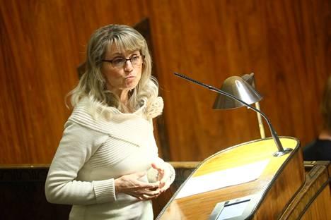 Kristillisdemokraattien Päivi Räsänen arvosteli maakuntaveroa. Mitä useampi verottaja, sitä enemmän veroja, hän sanoi.