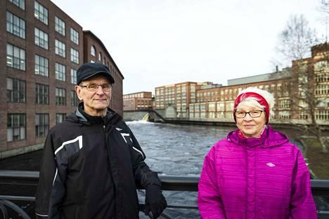Tamperelaisen Pentti Hyytiäisen mielestä kortin käyttö on entistä helpompaa lähimaksuominaisuuden ansiosta. Helena Hyytiäinen tekee ostoksensa mieluiten käteisellä rahalla.