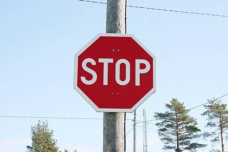 Käräjäoikeuden mukaan jo lähelle risteystä ehtineen pyöräilijän oli täytynyt luottaa siihen, ettei stop-merkin taakse pysähtynyt autoilija lähde liikkeelle. Kuvituskuva.