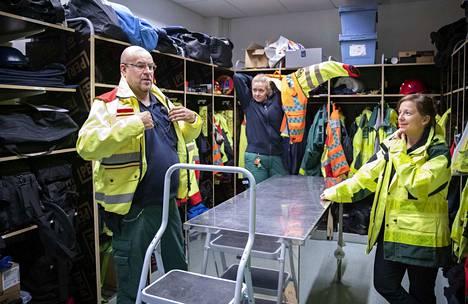 Huoneesta kuului syvä huokaus, kun Satasairaalan ensihoidon kenttäjohtajilta, Jari Vaahtiolta ja Katri Laaksoselta, sekä ylilääkäri Katja Jokelalta kysyttiin, miten uuteen hätäkeskusjärjestelmään siirtyminen on kokonaisuudessaan ensihoidon puolella sujunut.