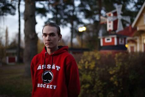 """Tapani Anttila on ollut aina Ässien kannattaja. Nyt hän pääsee edustamaan kannattamaansa seuraa Telian ja Liigan yhteisessä e-urheilusarjassa, jonka potti on 10000 euroa. """"Kyllähän se motivoi"""", hän sanoo rahapalkintoihin viitaten."""