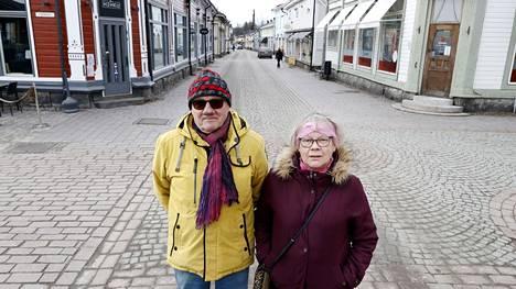 Heikki Kordelin ja Seija Palmu-Kordelin saivat kulkea Vanhan Rauman kaduilla rauhassa. Muita ihmisiä ei ainakaan riesaksi asti koronan hiljentämässä kaupungissa ollut.