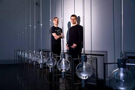 Tommi Grönlund (vas) ja Petteri Nisunen yhdistivät Taidehallin näyttelyssään taidetta ja tiedettä vuonna 2017.