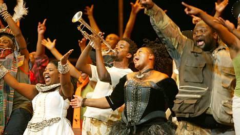 Yön kuningattaren roolin laulaa Pauline Malefane. The Isango Portobello Companyn The Magic Flute -esityksessä.
