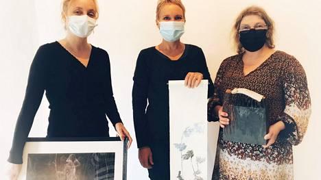 Voipaalan taidekeskuksessa nähdään esimerkiksi Kristiina Töyryn (vas), Lotta Lekan ja Heli Väisäsen teoksia. Kuvassa jokaisella on oma teos edessään.