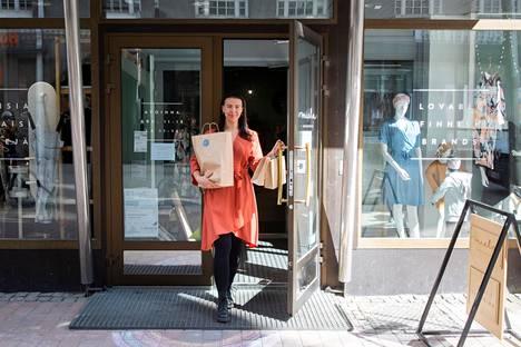 Miela Designroom muuttaa nykyiseltä paikaltaan kulman taakse Hämeenkadun puolelle Tampereen keskustassa. Yksi kolmesta yrittäjästä Ariela Perä-Rouhu valokuvattiin toukokuussa 2020 Mielan ovella.