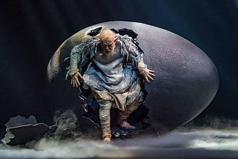 Munasta kuoriutuva baritoni Jukka Rasilainen on suurenmoinen Alberichin roolissa Richard Wagnerin oopperassa Reininkulta.