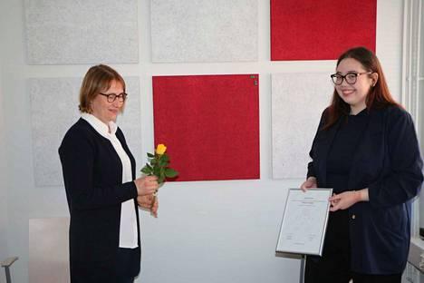 Zonta-naisten Kankaanpään kerhon puolesta vuoden Young Woman -tittelin, diplomin ja ruusun luovutti Miisa Korkiamäelle puheenjohtaja Marita Pitkänen.