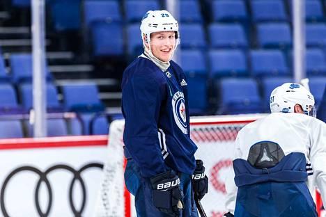 Patrik Laine pääsi maanantaina jäälle Winnipegissä.