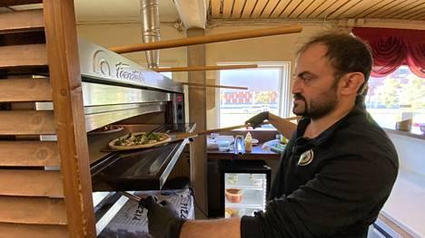Erkan Sahin valmistaa Pizza Cartelin reseptien mukaisia pizzoja ravintolassaan Siltapuistokadun varrella.
