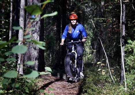 Porin kaupungin hankekoordinaattori Leea Toukola on itsekin päässyt ajamaan kaupungin hankkimilla läskipyörillä. Hänen mukaansa niillä ajaminen luonnossa on erittäin mukavaa.
