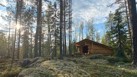 Yksityinen retkeilymetsä Hevonkuusi käsittää kahden hehtaarin alueen. Maasto on vaihtelevaa ja puusto sekametsää.