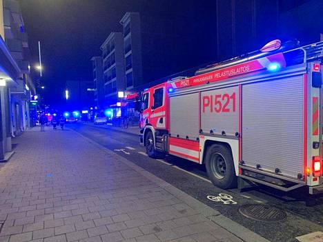 Paikalla oli tiistai-iltana useita pelastuslaitoksen yksiköitä.