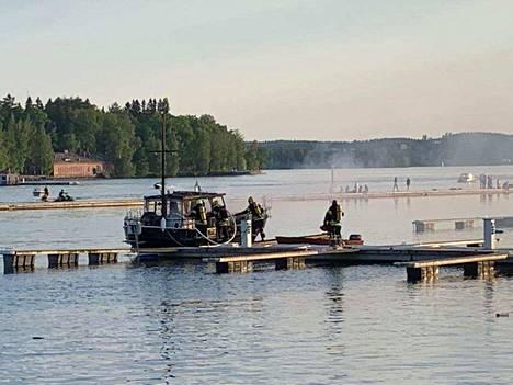 Pelastuslaitos sammutti venepaloa Ratinanrannassa noin kello 20.40.