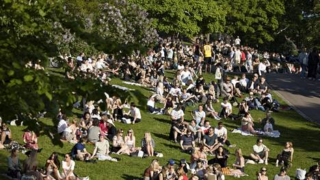 Piknik on ollut tyypillinen korona-ajan ajanviettotapa. Deltavariantti tekee kuitenkin myös ulkona kokoontumisesta riskialttiimpaa. Lämmin sää houkutteli ihmiset puistoihin kesäkuun alussa.