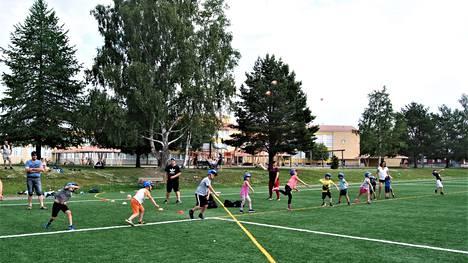Heittoharjoitus käynnissä. Ilmassa nähtävissä useita palloja. Oikea heittotyyli on ensimmäisiä tärkeitä harjoituksia.