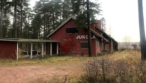 Jukola on odottanut uutta omistajaa ja kunnostajaa vuosien ajan. Heikkoon kuntoon ajautunut rakennus on huutokaupattavana tammikuun ajan.