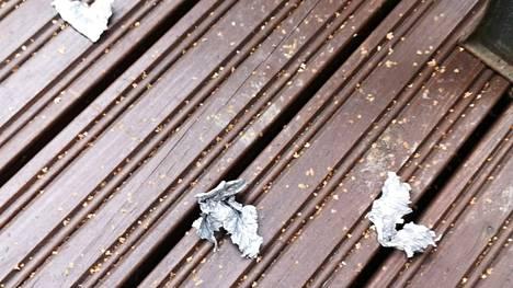 Rivitalon terassilla on palasia alumiinifoliosta, jota käytetään pullopommeissa kemiallisen reaktion aiheuttamiseksi.