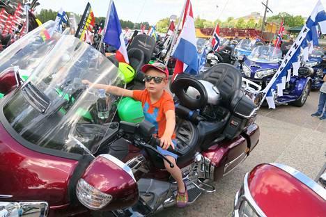 Porilainen Peetu Korpihalkola, 5, pääsi ensimmäistä kertaa moottoripyörän selkään. Se oli jännittävää, vaikka Peetu on jo päässyt ajamaan traktoriakin aiemmin.