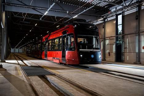 Siinä se nyt on, Tampereen raitiovaunu. Matka ratikkakaupungiksi kesti yli vuosisadan. Kuva on otettu raitiotien varikolla Hervannassa maanantaina 28. joulukuuta 2020.