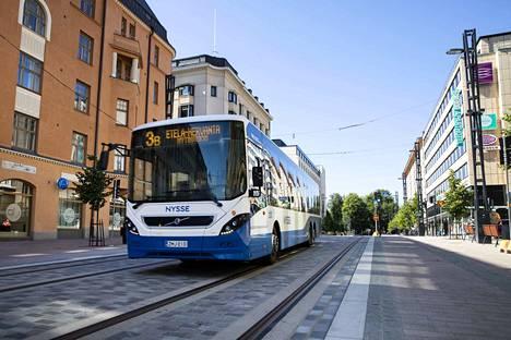 Tampereen seudun joukkoliikenteessä suositellaan nyt käytettävän kasvomaskia.