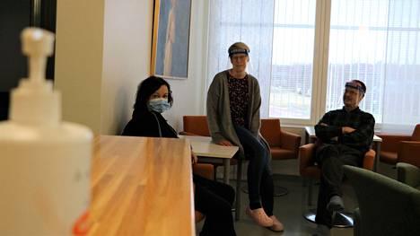 Äidinkielen opettaja Leena Lähdesmäki, opinto-ohjaaja Hanna Härmälä ja teknisen työn sekä uskonnon opettaja Juha Rytkönen pitivät perjantaina taukoa suojavarusteissa.