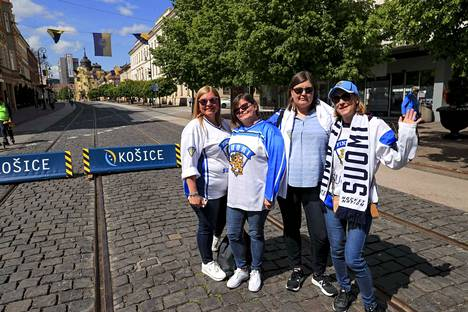 Minna Kaartinen, Jaana Himberg, Salla Paldanius ja Lenita Tenhola lähtivät katsomaan kaupunkia sillä aikaa, kun miehet jäivät puimaan Leijonien suorituksia baarin puolelle.