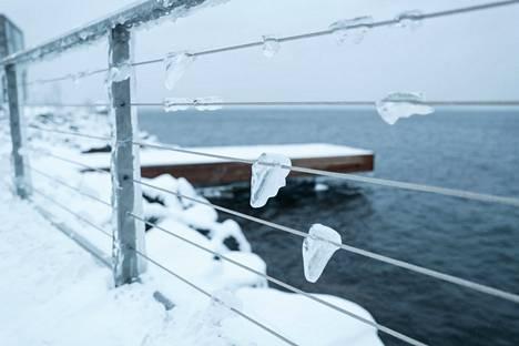 Lumi, tuuli ja Näsijärven vesi loivat jäätaidetta Tampereen Ranta-Tampellan kaiteeseen tiistaiaamuna 12.1.2021.