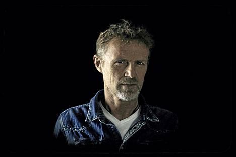 Jo Nesbø on tuottelias kirjailija. Harry Holesta kertovan sarjan lisäksi hän on kirjoittanut itsenäisiä jännitysromaaneja ja tukun lastenkirjoja.